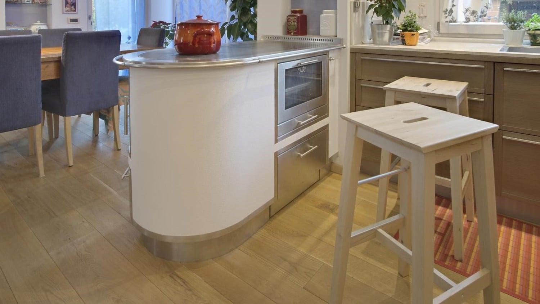 Kuchnia na drewno zabudowana w wyspie